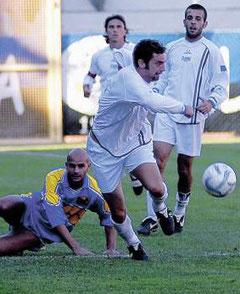 Lamberti fugge palla al piede con Russo e Vago alle sue spalle
