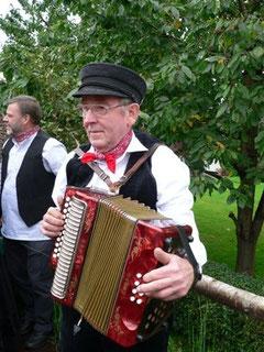 Für Musik und Stimmung auf dem Wagen sorgte Klaus Buck mit seinem Akkordeon. Im Hintergrund Herbert Schlesselmann