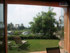 Cortina de vidrio con vistas a jardín