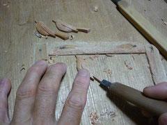 ウグイスのブローチ手彫り中