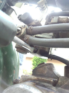 このネジを緩めるとキャブ内に貯まったガソリンが抜けるらしい・・・・。