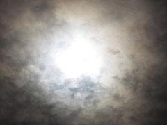 突然太陽の周りの雲が切れ・・