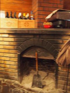 やっぱりあった暖炉^^ 幼い頃暖炉のあるXmasをよく色鉛筆で描いたっけ^^ サンタさんが来れるように・・