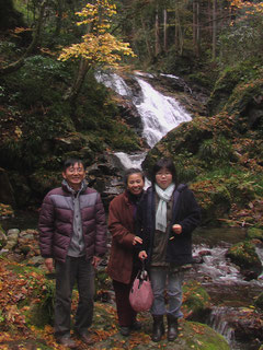 紅黄色の色鮮やかな晩秋の花貫渓谷・下滝にて・・・飯島アクアポ二クスのスタッフら