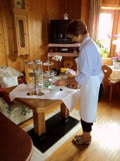 Mama Ohnewein am Frühstückstisch