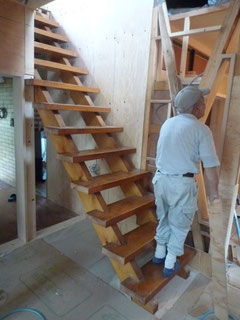 階段の向きを変えました。ダイニングから上がります。壁の補強もしました
