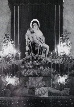 Altar de culto con La Piedad y Cristo Yacente a sus pies.