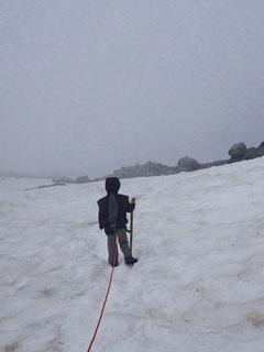 Abstieg über Schneefelder.