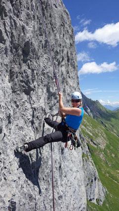 Runter ging's über die steile Abseilpiste.