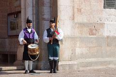 Musikanten mit Trommel und der galizischen Gaita (Dudelsack).