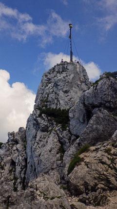 Der Ostgipfel mit seinem riesigen Gipfelkreuz