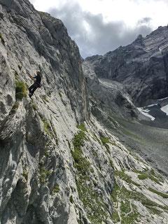 Dominik beim Abseilen oberhalb des Felsausbruchs.