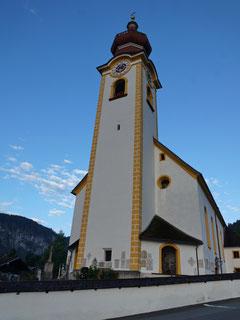 Die Kirche bei Unken neben dem Wirt.
