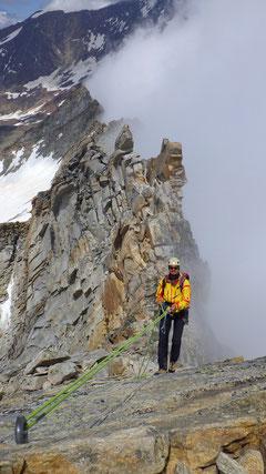 Nach dem Abseilen am Gipfelkreuz...