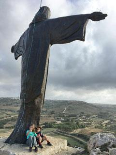 Emilia und Luca bei der Gipfelstatue Tas-Salvatur