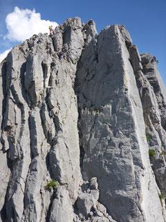 Dieser Riss hinauf zum Vorgipfel der Glattewandspitze muss eigenständig abgesichert werden.