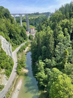 Die mächtige Eisenbahnbrücke über der Sitter.