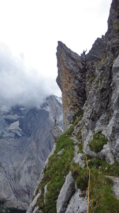 Abstieg vom Gipfel hinunter zur Scharte.