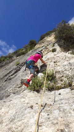 Klettern an den Felsen von Ic-Cnus Slabs
