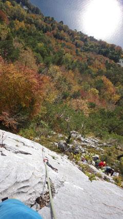 Traumhafte Aussicht auf die farbenfrohe Herbstlandschaft.