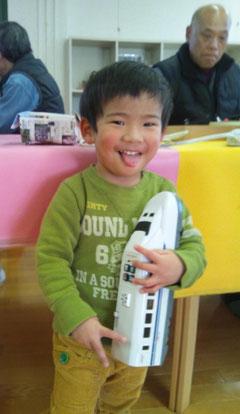 直ったおもちゃを抱いて、ピース!(*^。^*) 後ろのおじちゃんが直したんだよ^^
