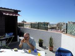 Blick von der Dachterrasse über El Tablero ----------------- und im Hintergrund das Meer