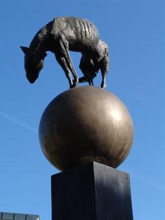 """""""Wächterbrunnen"""" von Jo Jastram im Amtsgarten des Rathauses"""