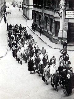 Arbeitskommando auf dem Weg zur Zwangsarbeit