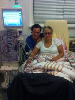 Schwester Yvonne und ich während der Dialyse