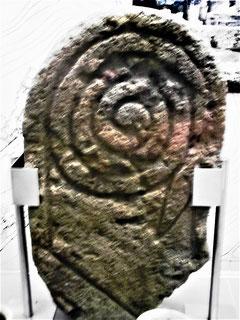 Grabstele eines iberischen Kriegers aus Emporion. Die Spirale stellt seine eingerollte Lanze dar, ist aber auch ein Symbol der Wiedergeburt