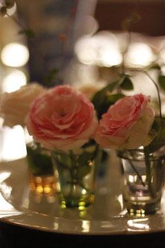サロンの入り口に咲いたバラを小さいグラスにいけてみました