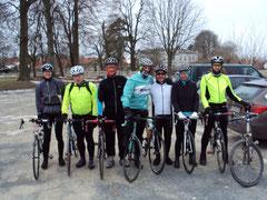 Die Rennradler am frostigen Start zur ELM-Tour
