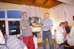 23.7.2010, 40er-Feier Hans Wimmeder jun. (Oblinger), Geschenkkorbübergabe