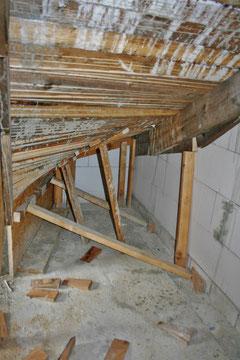 Unterseite der bereits betonierten Treppe mit der Abstützung