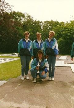 stehend von links: Jacqueline Richteweg, Manuela Brüger, Andrea Schwing; knieend Andrea Müller