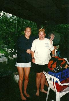 Andrea Schwing und Manuela Brüger stehen im Regen