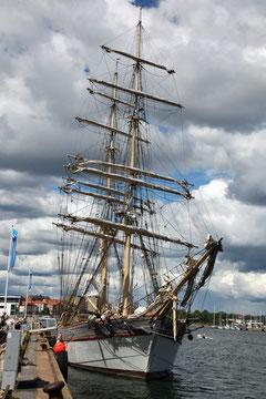 Segelschiff vor dem Marinemuseum