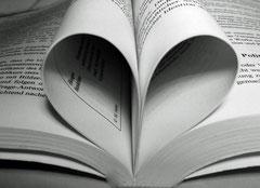 Buch aufgeklappt, Seiten zu Herz zusammengefaltet
