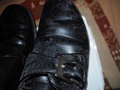 スプレーしていない右の靴の写真。カビはそのまま。
