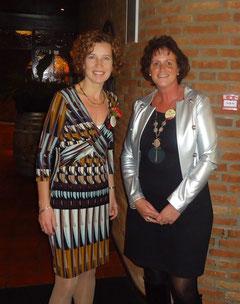 Carien op de foto met de directrice, bij het 100 jarig jubileum-feest in Nuland.