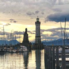Die Hafeneinfahrt der Insel Lindau ist einer der beliebtesten Bodensee-Motive. Der bayerische Löwe und der Leuchtturm mit Uhr sind das Wahrzeichen der Stadt Lindau.