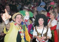 Bunt kostümiert feierten die Jecken ausgelassen Karneval. Der Narrentanzabend war wieder ein absoluter Hit.