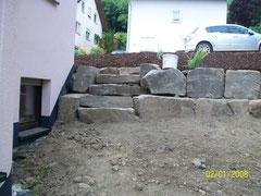 als Böschung am Haus  , eingearbeitet eine Treppe aus Natursteinen