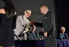 Assegnazione del Premio Velàzquez al sottoscritto consegnatomi dal Dr. Vincenzo De Marco. ( Italphoto Mesagne )