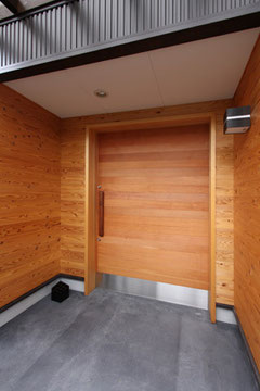 広い幅の玄関ドア