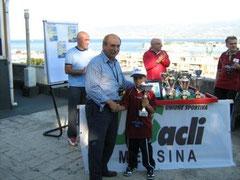 Il piccolo Marrapodi premiato da Pino Silvestri dell'US Acli