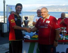 Piero Ielapi premiato da Gianluca Giliberto, capitano del SSC Messina