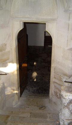 ...nach einigen Stufen kommt man in die Unterkirche.