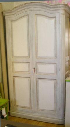 armoire peinte et décorée