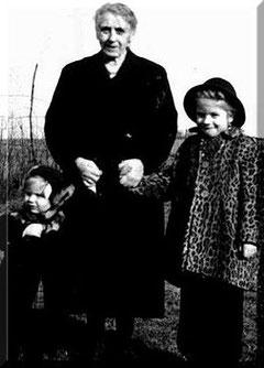 Ein Foto aus meiner Kindheit. Links meine Schwester, ich schaute schon als Kind oft verschmitzt drein